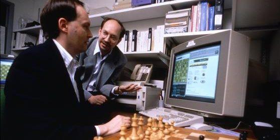 Sie schufen mit Deep Blue den ersten Schachcomputer, der im 1996 den damaligen Schachweltmeister Garry Kasparow in einem Sechs-Spiele-Match vor Millionen von TV-Zuschauern besiegen konnte: die IBM-Ingenieure Murray Campbell and Joel Benjamin. Jetzt gibt es mit Giraffe einen neuen Schachcomputer, der allen anderen deutlich überlegen sein soll, weil er besonders schnell lernt.