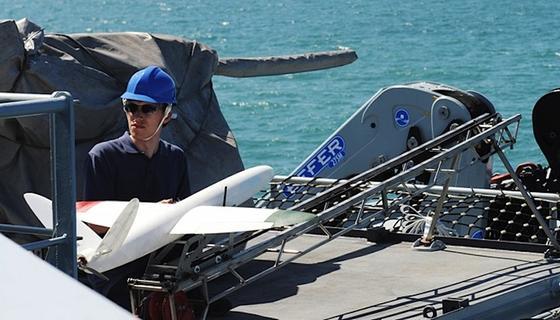 Andrew Lock von der Southampton University bereitet die Drohne aus dem 3D-Drucker auf den Start vor.