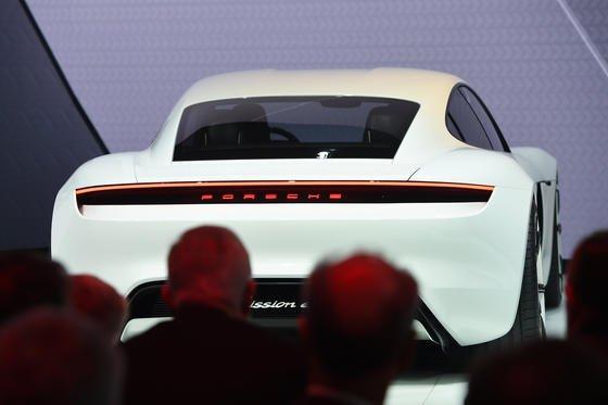 Porsche Mission E: Der viertürige Stromer erinnert optisch an den 911 Carrera, fährt aber mit zwei Elektromotoren. Und er wird dem Tesla S zu einem scharfen Konkurrenten.<strong></strong>