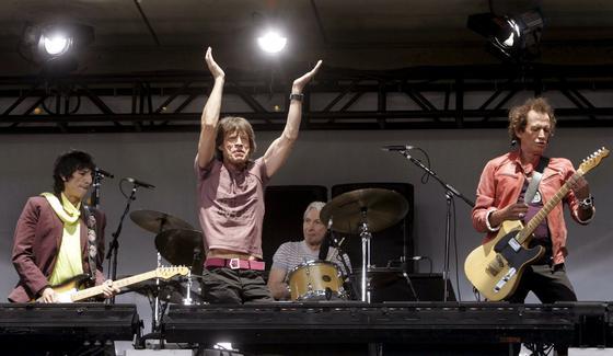 Rockkonzert der Rolling Stones in New York: Lieblingsmusik, bearbeitet mit einer Software, kann gegen Tinnitus helfen. Jetzt hat die Techniker Krankenkasse einen Versuch gestartet und finanziert Patienten in Hamburg eine Musik-App gegen Tinnitus.