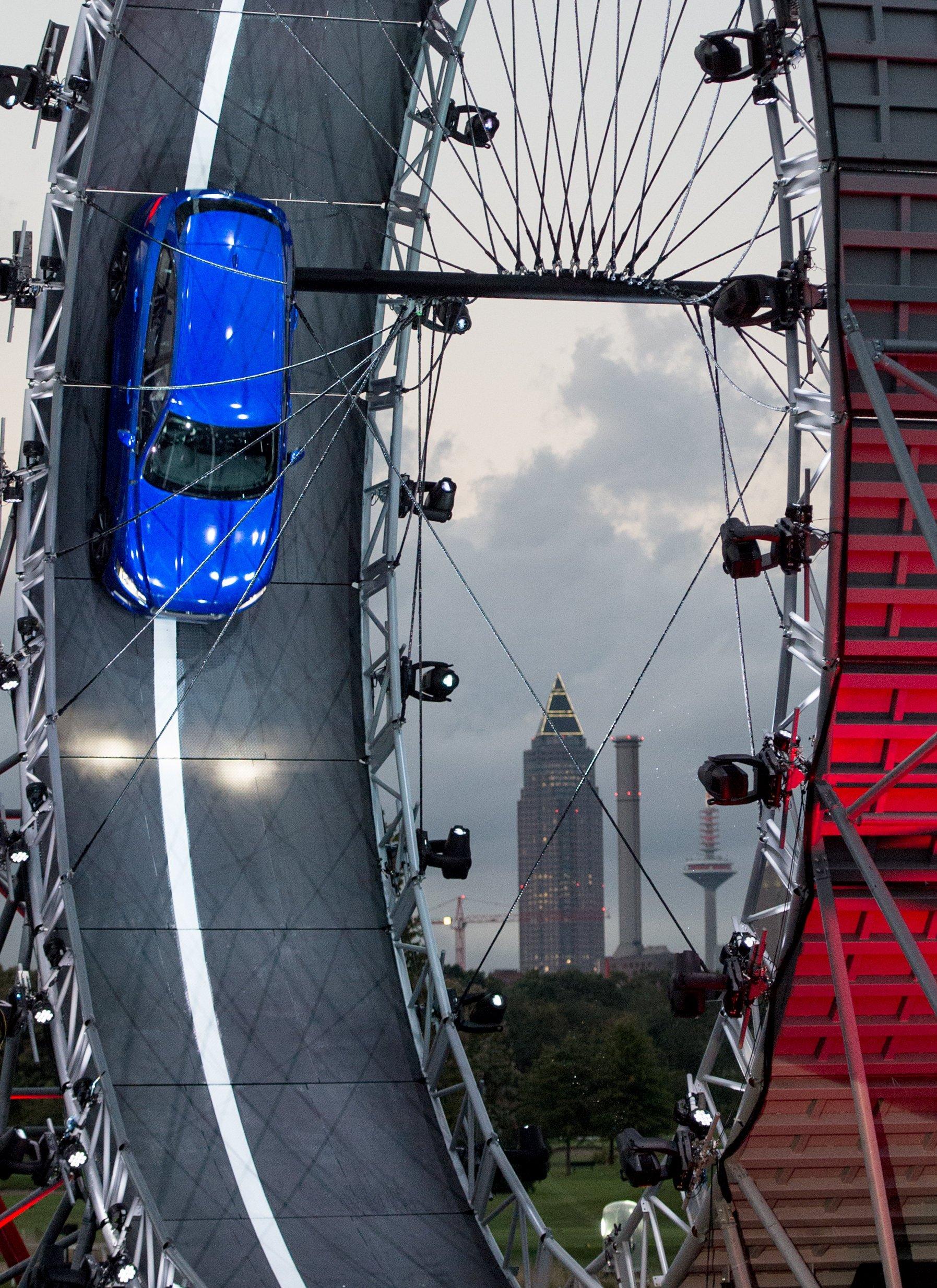 Der 19 m hohe Looping wurde im Vorfeld der IAA auf der Galopprennbahn in Frankfurt am Main aufgebaut. Jaguar hat sich mit der Show einen Platz im Guinness Buch der Rekorde gesichert.