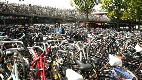 Viele Tausend Räder stehen rund um Bahnhof, Universität und großen öffentlichen Gebäuden in Amsterdam. Das Designbüro Frolic hat jetzt eine Fahrradklingel entwickelt, die man per Smartphone orten kann. Außerdem kann sie ferngesteuert klingeln.