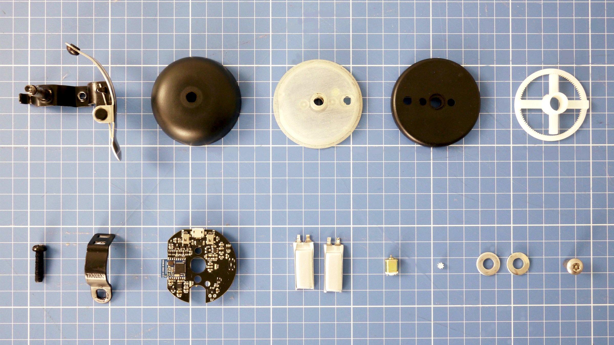 Die Klingel enthält eine sehr kompakte Elektronik, die per App vom Smartphone aus angesteuert werden kann. Geladen wird die Klingel per USB-Kabel.