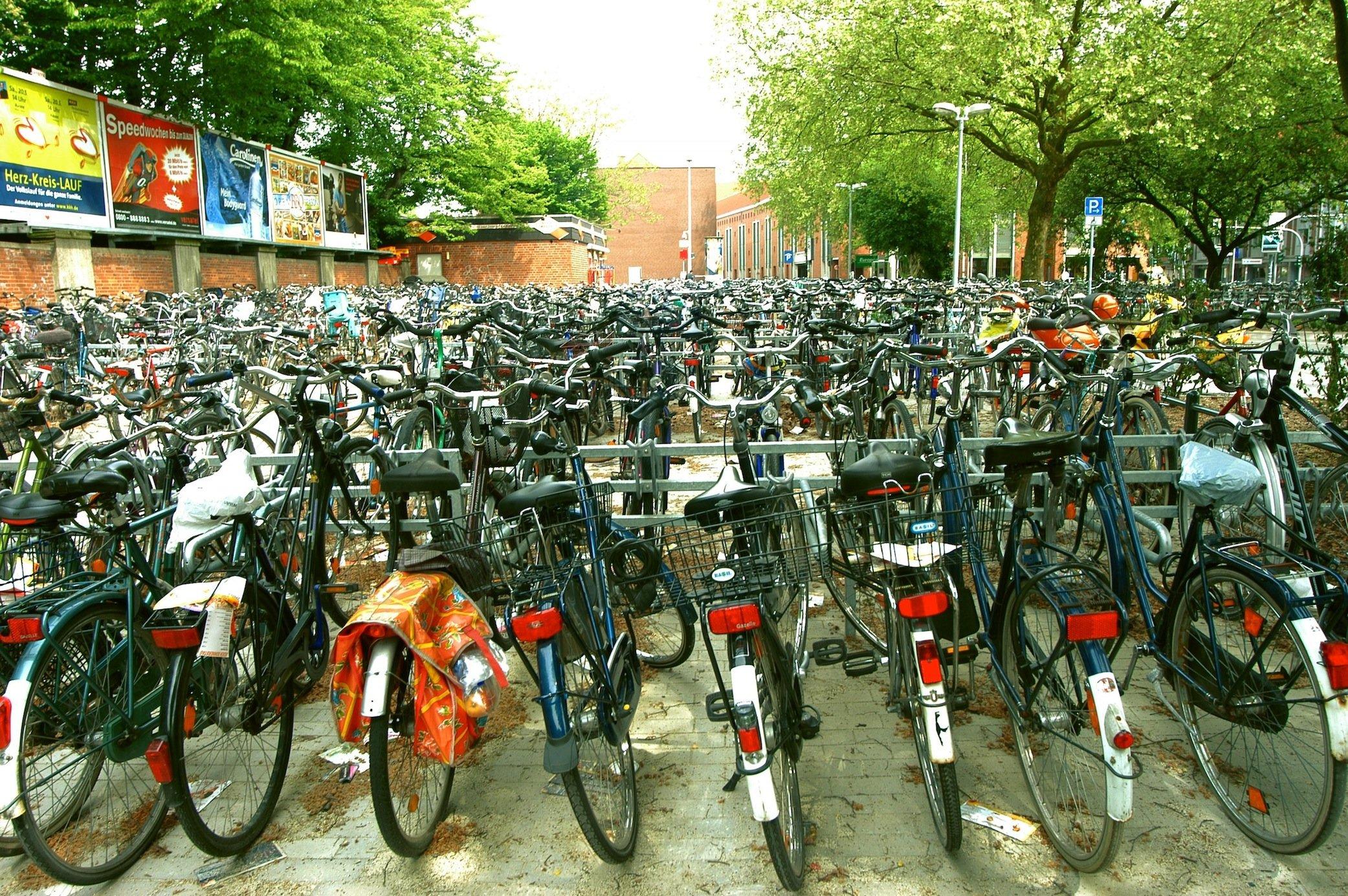 Großer Fahrradparkplatz in Münster: Mit einer smarten Klingel, die ferngesteuert ausgelöst werden kann, will ein ein niederländisches Designbüro das Suchen des eigenen Fahrrades erleichtern.