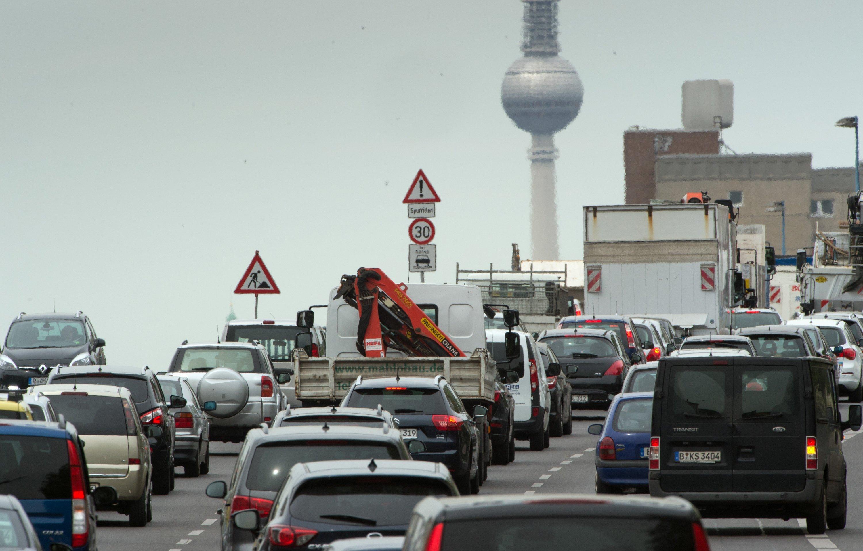 Dichter Verkehr auf der Lichtenberger Brücke in Berlin: Die Bundeshauptstadt liegt im Ranking der deutschen Städte mit der höchsten Feinstaubbelastung auf Rang 6.