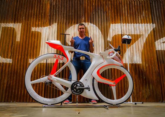 Robert Egger hat mit dem fUCI ein ungewöhnliches Rennrad entwickelt, das allen Bestimmungen der UCI widerspricht. Aber es macht Spaß.