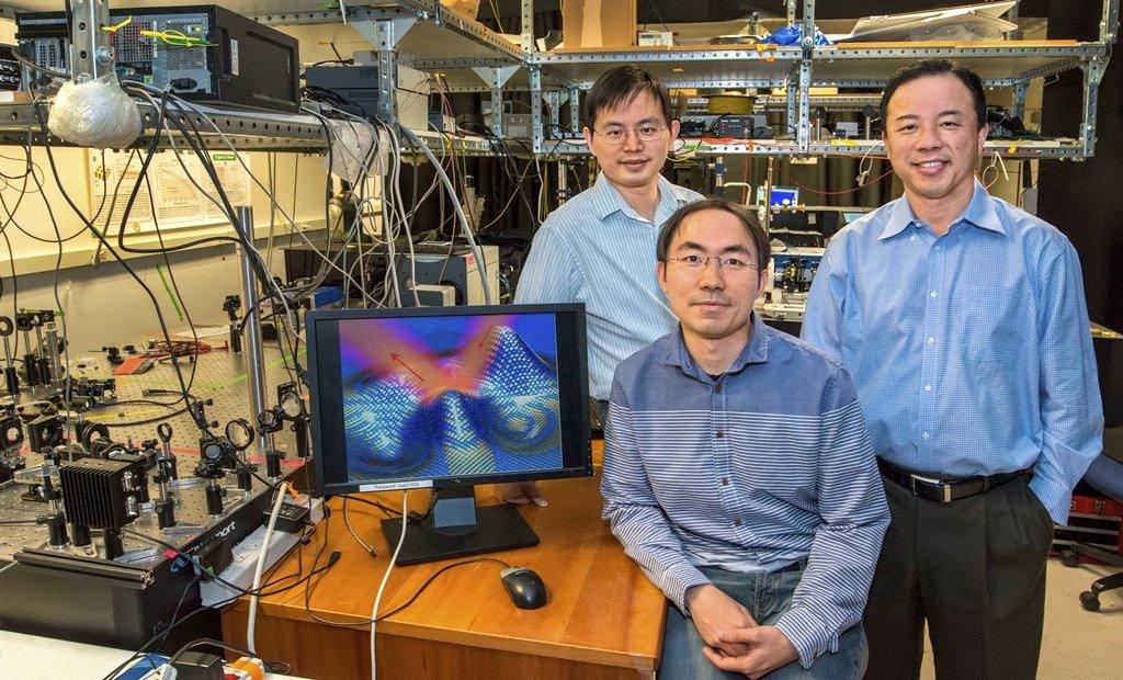 Die Materialforscher Yuan Wang (v.l.), Zi Jing Wong und Xiang Zhang haben das ultradünne Metamaterial entwickelt.