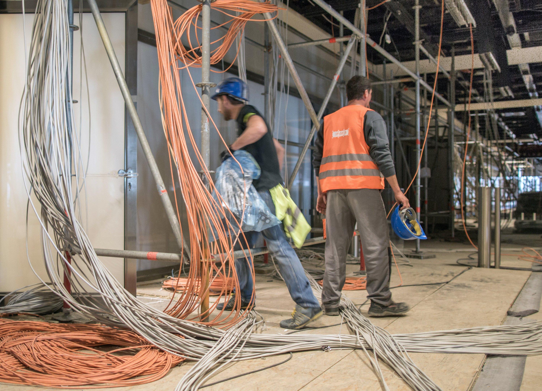 Aktuell dürfen im Hauptterminal des BER-Flughafens keine Bauarbeiter mehr werkeln, weil das Dach einsturzgefährdet ist.