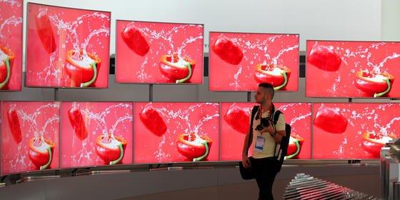 Samsung-Bildschirme auf der Internationalen Funkausstellung in Berlin: Der koreanische Konzern soll an einem faltbaren Smartphone-Display arbeiten.