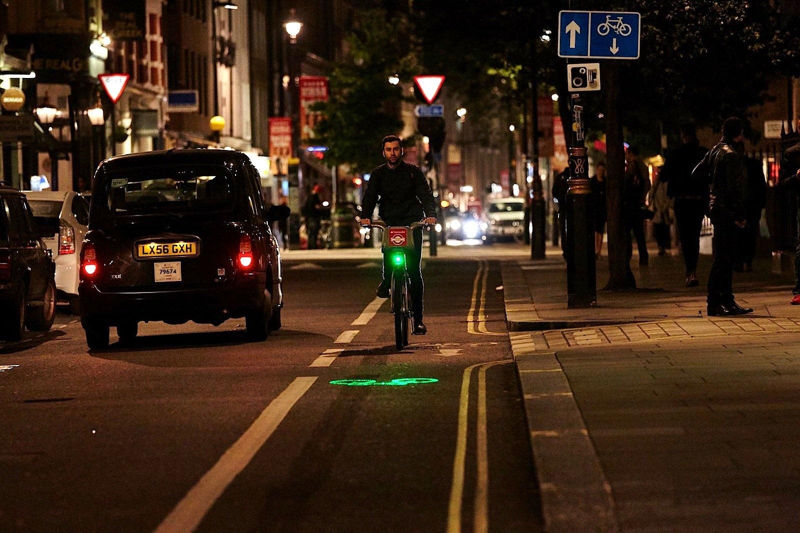 Doppelt hält besser: Vor allem im Dunkeln macht sich die Fahrradlampe von Blaze bezahlt: In ihr steckenein handelsübliches LED-Licht und ein Laserlicht.