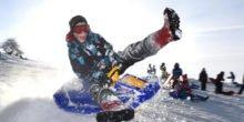 Skifahren und rodeln auf grünen Algenmatten statt auf Schnee