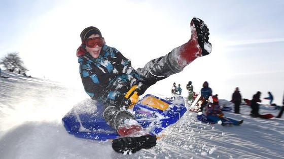 Natürlich macht das Rodeln und Skifahren im Schnee einen Riesenspaß. Immer häufiger muss aber Kunstschnee aushelfen. In Skihallen sowieso. Forscher arbeiten an einer umweltfreundlichen Alternative dazu. BioGlizz heißt der Stoff und basiert auf Algen.