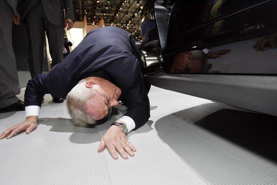 Als akribisch gilt VW-Konzernchef Martin Winterkorn. Hier schaut er beim Automobilsalon in Genf unter einen Porsche GT2. Kann es da sein, dass er nichts von den Manipulationen an Dieselmodellen von VW und Audi in den USA wusste?