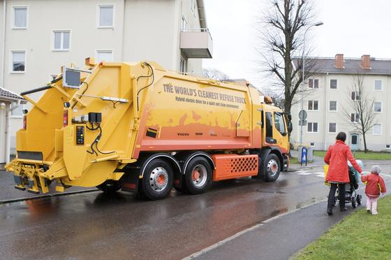 Müllwagen von Volvo: Die Schweden wollen ihre Müllautos mit Robotern vernetzen, die statt des Menschen die Mülltonnen leeren sollen.