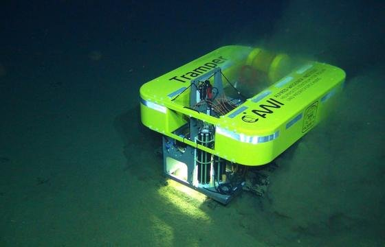 Der Tiefseeroboter Tramper des Alfred-Wegener-Instituts in Bremerhaven arbeitet derzeit in über 4000 m Tiefe vor der Küste Perus. Dort misst er in einem Feld mit Manganknollen die Sauerstoffkonzentrationen.