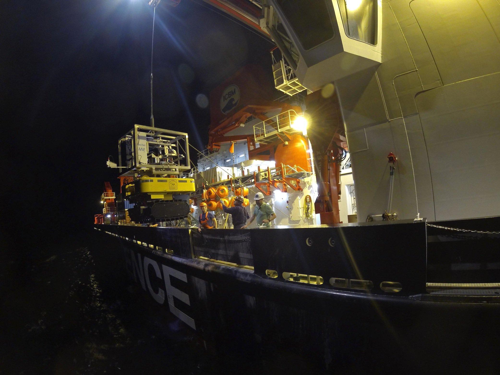 Die Forscher an Bord des Forschungsschiffes Sonne setzen den Tiefseeroboter Tramper im Pazifischen Ozean aus.