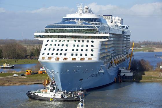 Das Kreuzfahrtschiff Anthem of the Seas bei der Überführung von der Meyer Werft in Papenburg über die Ems zur Nordsee: Auch moderne Kreuzfahrtschiffe werden immer noch mit Schweröl angetrieben, obwohl es längst saubere Antriebstechniken gibt.<strong></strong>