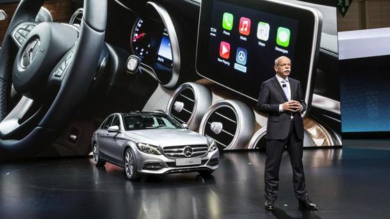 Mercedes-Chef Dieter Zetsche bei der Vorstellung von Apples CarPlay:Derzeit ist Apple-Technik nur in Form der Software CarPlay in Autos präsent. Doch jetzt verdichten sich Gerüchte, wonach Apple bis 2019 ein eigenes Automobil entwickeln will.