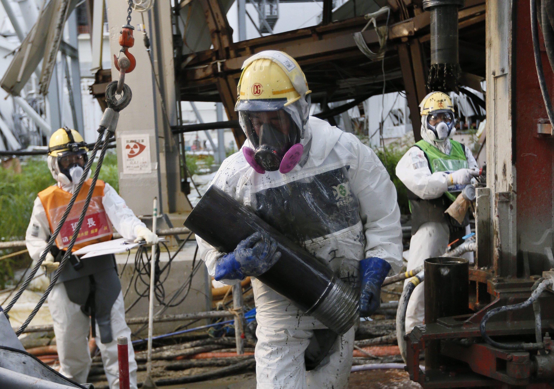 Arbeiter im Juli 2014 beim Rückbau des Atomkraftwerks in Fukushima.