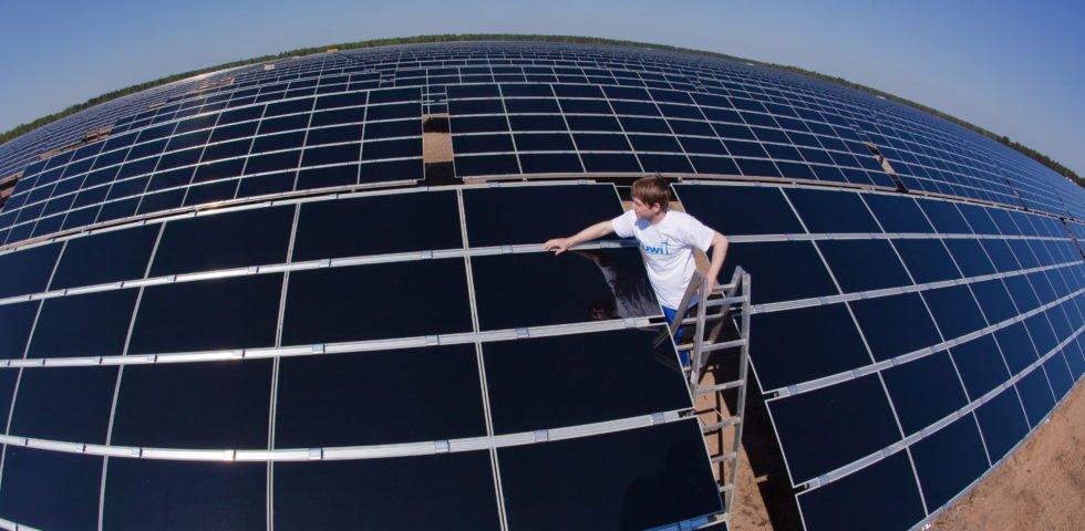 Mann prüft Solarzellen