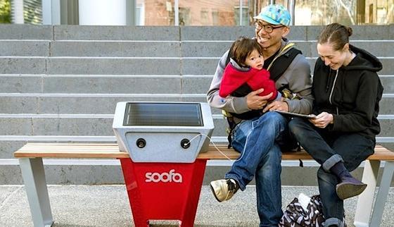 Neue Energie tanken können auf der Parkbank Soofa Eltern und Kind – vor allem aber das Smartphone.
