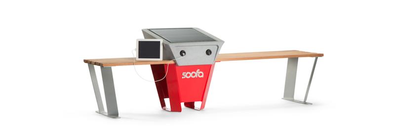 Rund um die Uhr können an der Parkbank Soofa Mobilgeräte aufgeladen werden. Ein Solarmodul mit einem 30W-Solarpanel und zwei USB-Anschlüsse sind integriert.