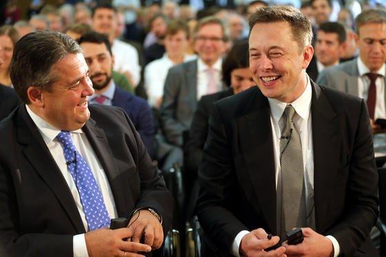 Gute Stimmung: Bundeswirtschaftsminister Sigmar Gabriel (li.) und Tesla-Chef Elon Musk unterhalten sich am 24. September 2015 im Bundeswirtschaftsministerium in Berlin.