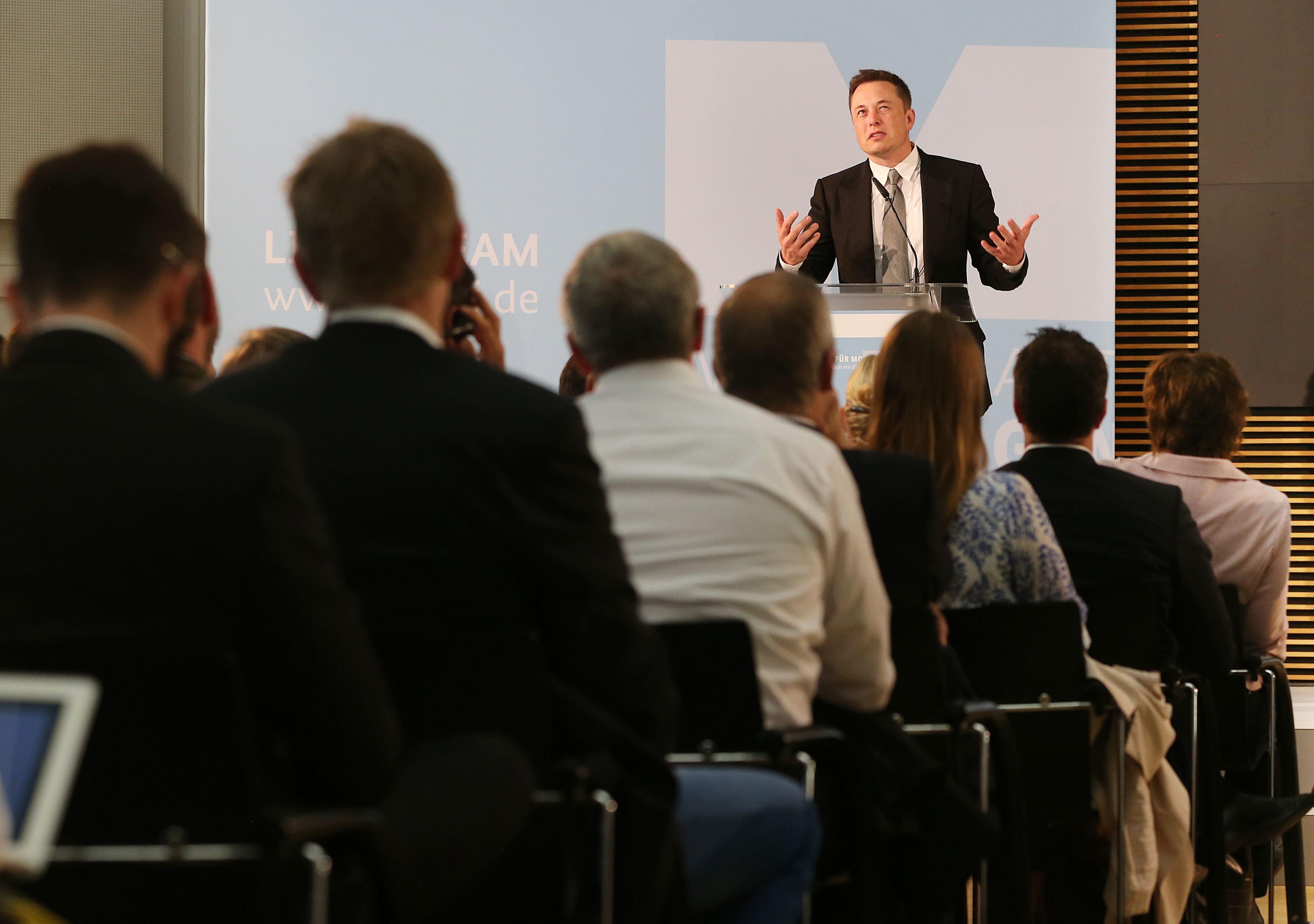 Entspannter Umweltaktivist: Bei seinen Statements in Berlin wandte Elan Musk häufig den Blick nach oben, lächelte und sprach sanft. Inhaltlich blieb er hart und forderte direkte Strafen für Klimaschäden.