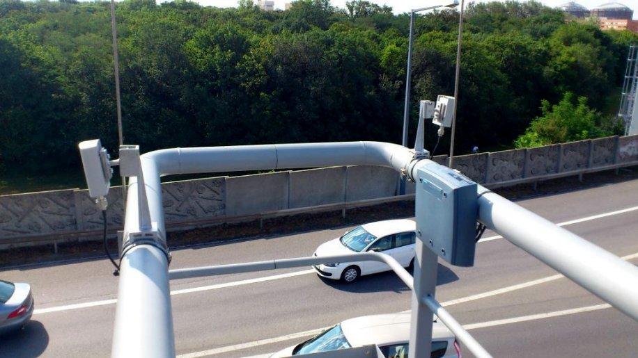 Siemens und Partner haben zu Testzwecken Signalanlagen und Autos mit Kommunikationseinheiten ausgerüstet. Der Datenaustausch hat die Vermeidung von Staus undeinen sicheren und abgasarmen Verkehr zum Ziel.