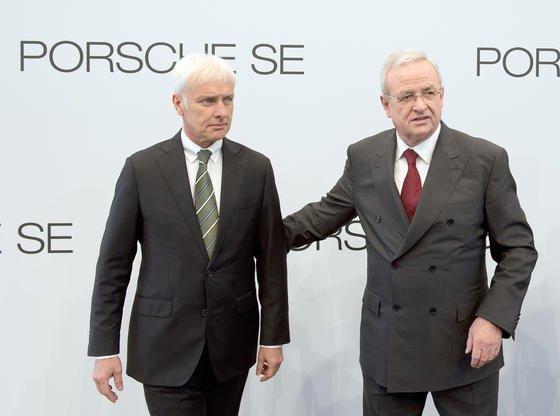 Heute Nachmittag soll der VW-Aufsichtsrat Matthias Müller (li.) zum neuen VW-Chef ernennen. Martin Winterkorn (r.) will aber zumindest Vorstandsvorsitzender bei der Porsche Automobil Holding SE bleiben.