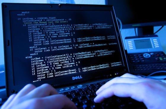 Hacker am Computer: Mehr als 4000 Apps in Apples App-Store sollen mit Malware befallen sein und sensible Daten auspionieren. Sie wurden mit dem chinesischen Entwicklerwerkzeug Xcode-Ghost geschrieben.