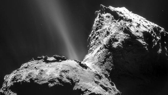 """Seit ihrer Ankunft beobachtet die Kometensonde Rosetta die """"Jets"""" aus Gas und Staub des Kometen Tschuri. Vor allem im """"Nacken"""" des Kometen haben zahlreiche Gasausbrüche ihren Ursprungsort. Mit den Messungen des Spektrometers Virtis auf Rosetta ist es jetzt gelungen, einen Tag-und-Nacht-Zyklus der Kometenaktivität zu erkennen und einen Mechanismus zu identifizieren, der dafür verantwortlich ist."""