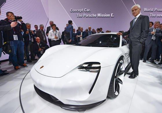 Der bisherige Porsche-Chef Matthias Müller am 15. September 2015 auf der Internationalen Automobilausstellung (IAA) in Frankfurt bei der Vorstellung der Elektroautostudie Porsche Mission E: Müller wurde am Freitag zum neuen Konzernchef des VW-Konzerns berufen. Er ist damit Nachfolger des zurückgetretenen Vorstandschefs Martin Winterkorn.