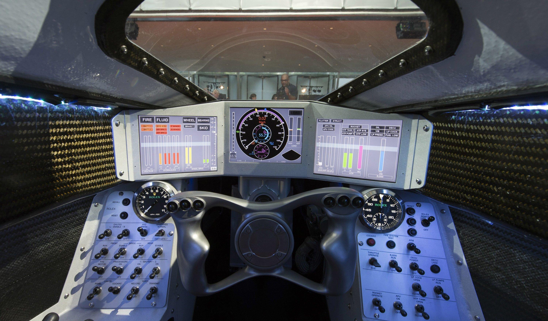 Das Cockpit der Bloodhound SSC erinnert an einen Kampfjet. Auf Displays liest der Pilot alle wichtigen Daten ab –etwa Geschwindigkeit und Temperatur der Triebwerke.