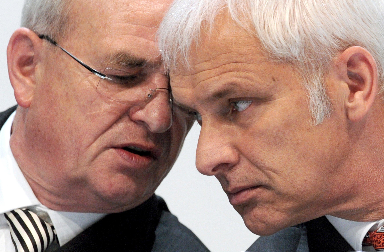 Da steckten sie die Köpfe noch zusammen: Martin Winterkorn (li.) und sein Nachfolger, der neue VW-Chef Matthias Müller. Winterkorn pocht jetzt auf die Auszahlung seines Vertrags, der noch bis Ende 2016 läuft.