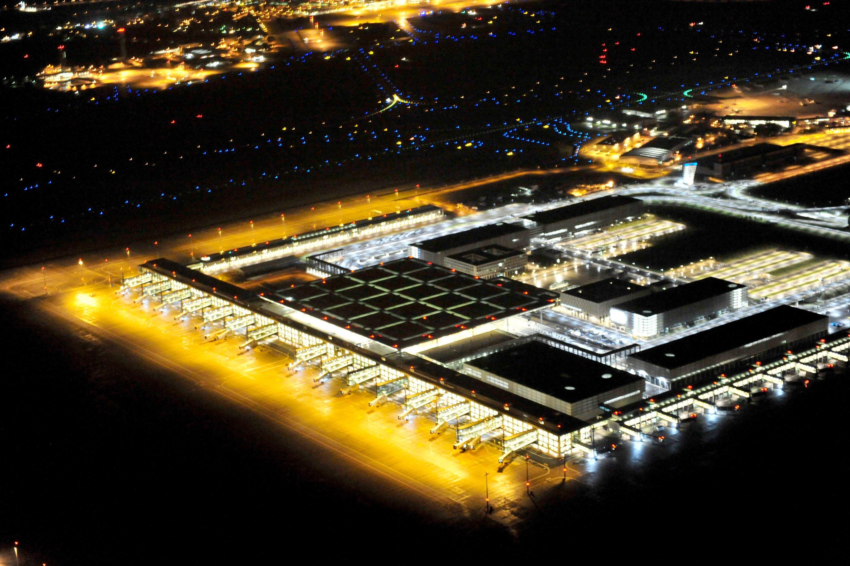 Blick bei Nacht auf das beleuchtete neue Terminal und die Rollflächen des Flughafens Berlin Brandenburg: Vielleicht wird der Flughafen 2017 fertig, vielleicht aber auch nicht.