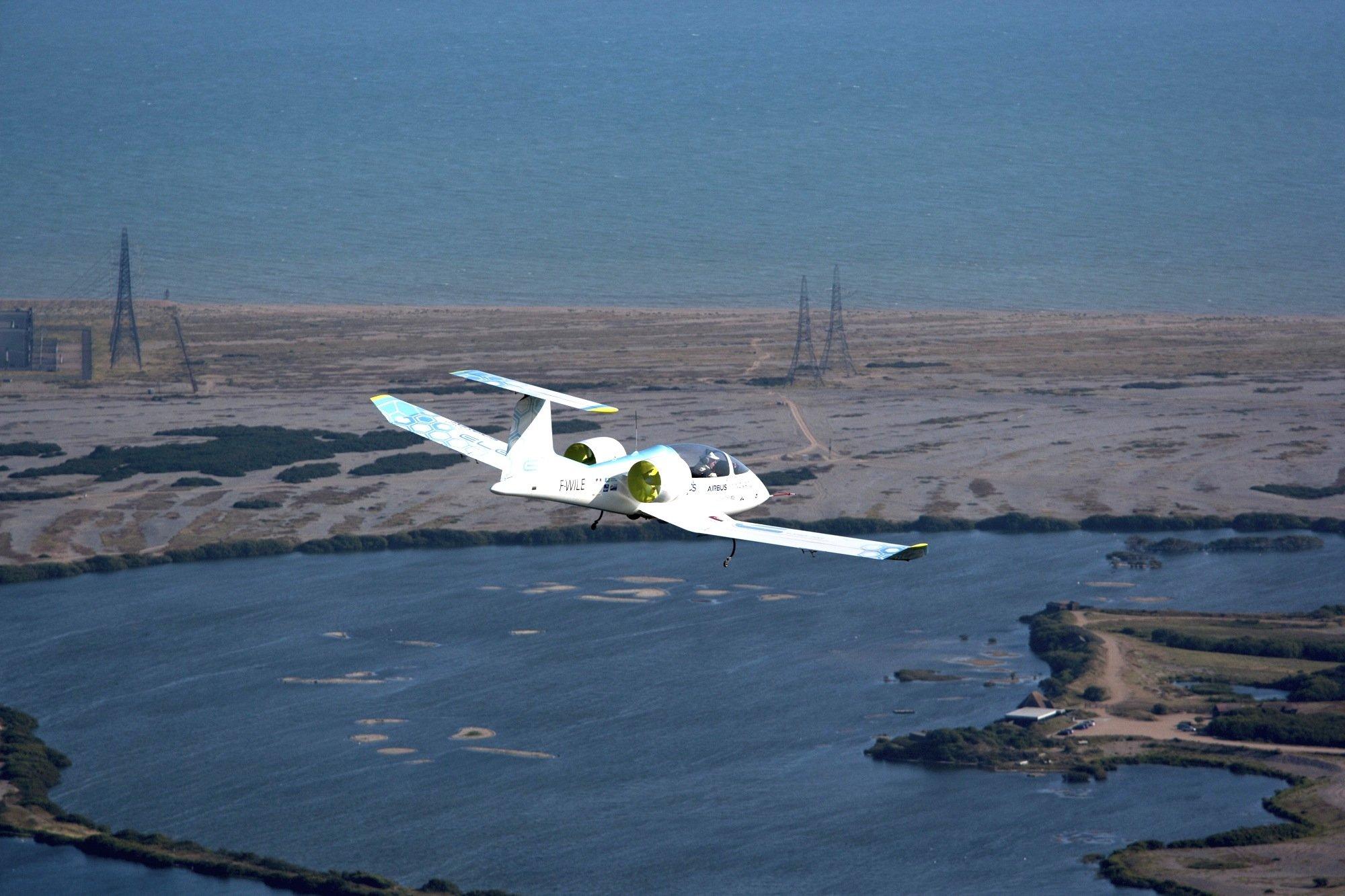 Die E-Fan von Airbus – hier kurz vor Calais – überflog im Juli den Ärmelkanal. Das Elektroflugzeug benötigte rund eine Dreiviertelstunde.