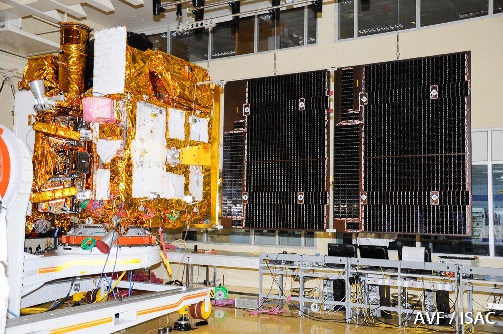 Teilansicht von Astrosat im Reinraum mit Solarpanelen.