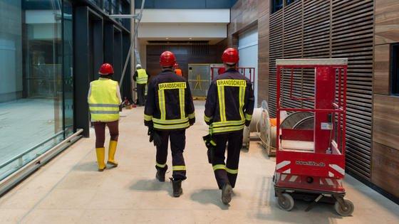 Immer Ärger mit dem Brandschutz: Am BER müssen 600 deklarierte Brandschutzwände so nachgebessert werden, dass sie auch wirklich den Normen von Brandschutzwänden entsprechen. Das kostet Zeit.