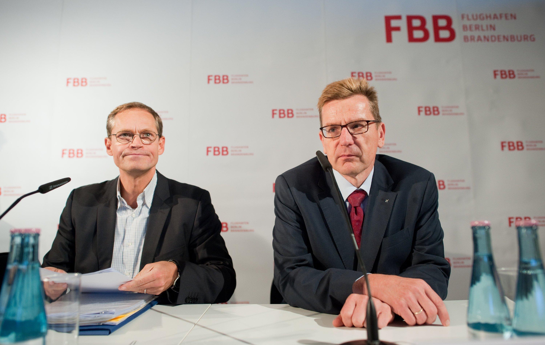 Zufrieden sieht anders aus: Der Regierende Bürgermeister von Berlin, Michael Müller (SPD) und Flughafenchef Karsten Mühlenfeld (re.) am 25. September 2015 in Berlin auf einer Pressekonferenznach der Aufsichtsratssitzung der Flughafengesellschaft Berlin-Brandenburg .