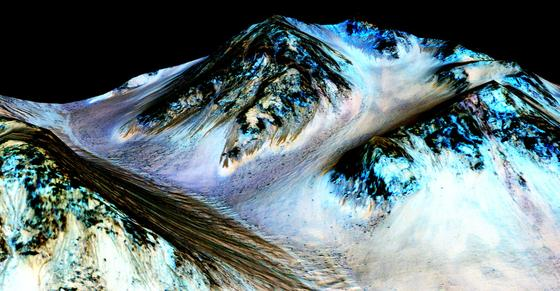 Hale-Krater auf dem Mars: Die Aufnahmen der Raumsonde Mars Reconnaissance Orbiter zeigen dunkle schmale Fließrinnen. Sie stammen tatsächlich von flüssigem Wasser.