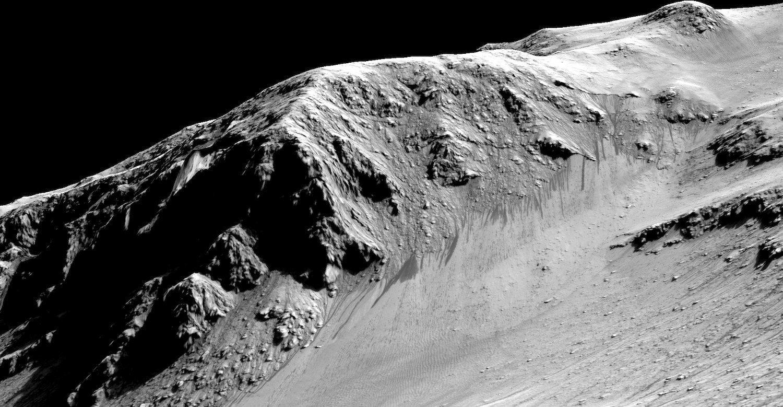 Auch diese schmalen dunklen Streifen am Hang des Horowitz-Kraters stammen von fließendem Wasser. Sie sind in etwa so lang wie ein Fußballfeld.