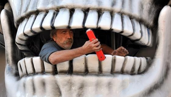 Mitarbeiter einer Geisterbahn beim Zähneputzen: Forscher der ETH Zürich haben jetzt ein neues Verfahren entwickelt, mit dem man künstliche Zähne herstellen kann, die so stabil sind wie das natürliche Vorbild.