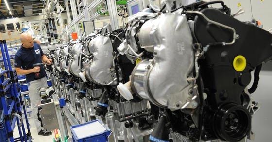 Ein Mitarbeiter fertigt im Volkswagen-Werk in Salzgitter (Niedersachsen) 2012 einen Dieselmotor MDB. Angesichts des Abgas-Skandals fährt Volkswagen im Motorenwerk Salzgitter aktuell die Produktion etwas zurück.