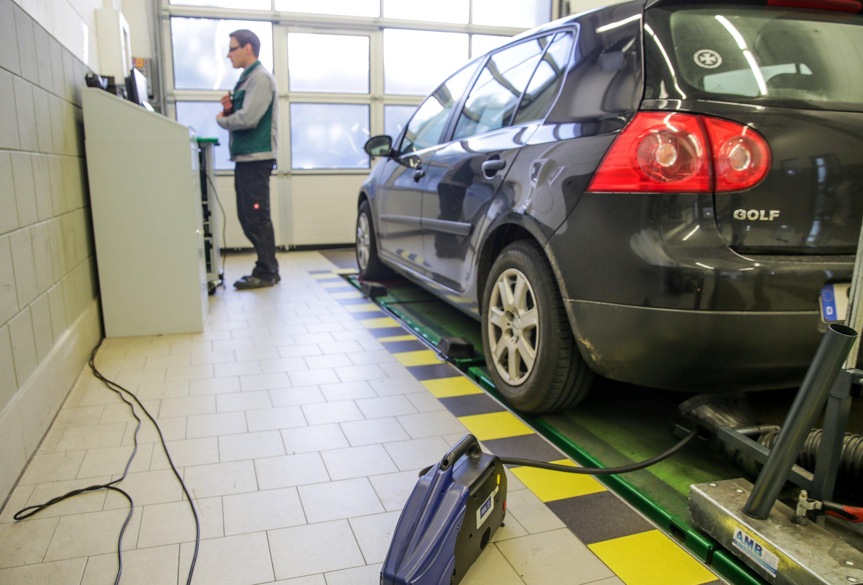 Abgasuntersuchung bei einem VW-Dieselfahrzeug: Bei fünf Millionen Autos will VW jetzt beim Abgasverhalten nachbessern. Wie das konkret aussehen soll,will VW den Behörden im Oktober mitteilen.