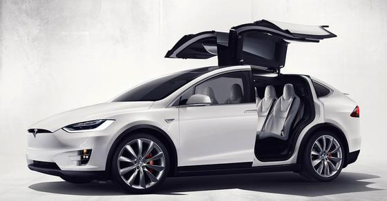 Ein komfortables SUV mit leistungsstarkem Elektromotor bietet Tesla mit dem Modell X an. Besonderer Clou: die Flügeltüren hinten.