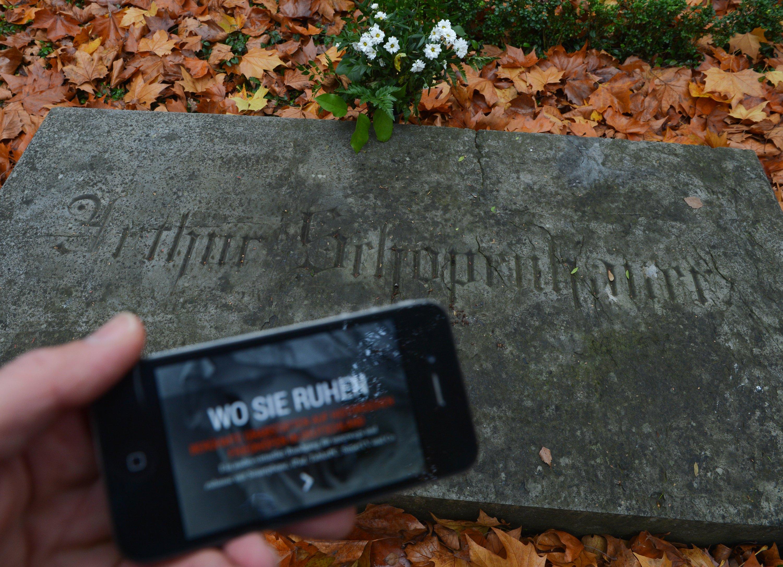 … oder auf dem Friedhof: Smartphones werden überall mit hin genommen. Und für alles gibt es eine App. Selbst denken ist out, der Griff zum Handy soll Lösungen bringen.