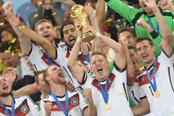 Bastian Schweinsteiger und die deutsche Nationalmannschaft bei der Feier des WM-Titels bei der Fußball-Weltmeisterschaft in Brasilien: Ausrüster Adidas will künftig die Trikots der Nationalmannschaft in Deutschland produzieren und nicht mehr in Fernorst. Adidas fürchtet um seinen Ausrüstervertrag.