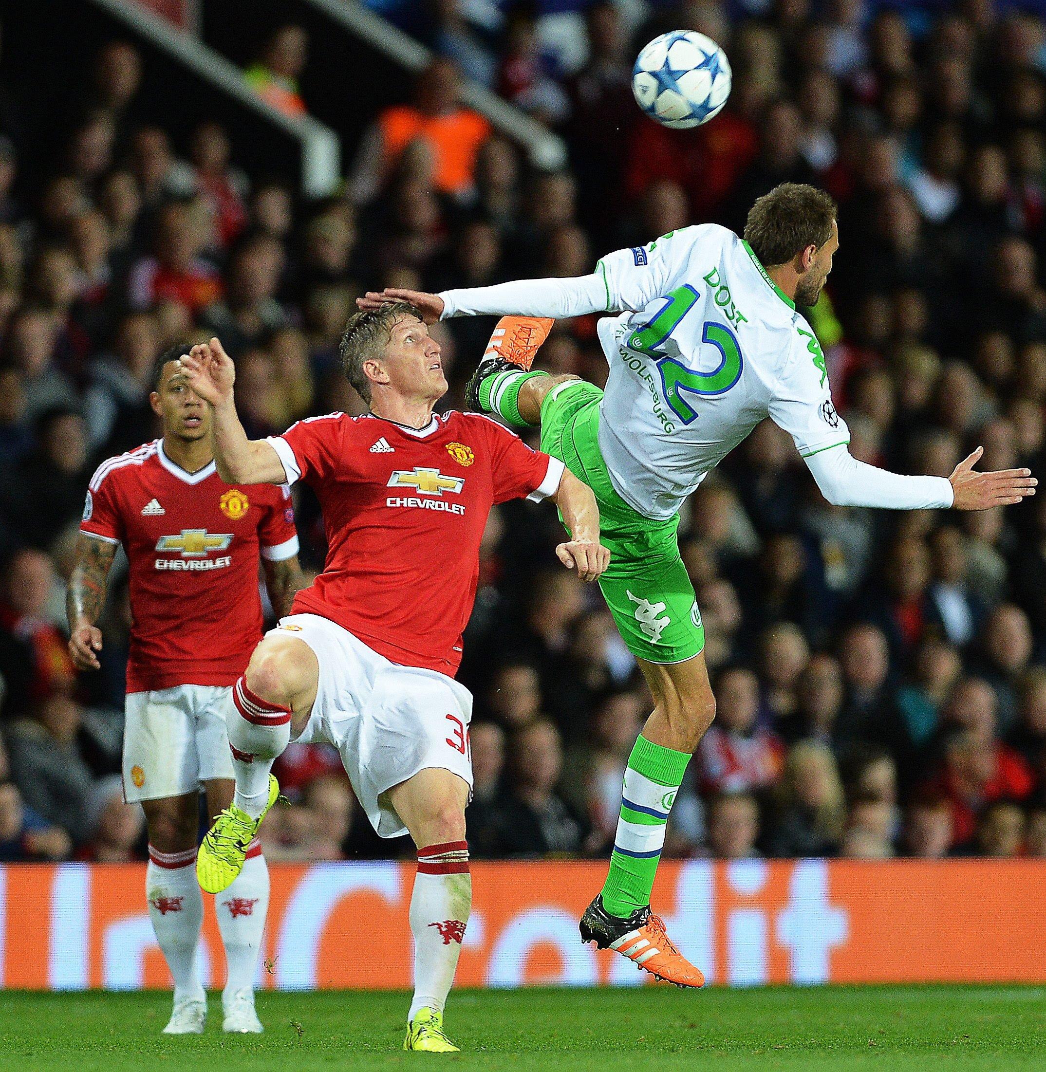 Bastian Schweinsteiger im Adidas-Trikot von Manchester United in der Champions-League-Partie gegen den VfL Wolfsburg: Adidas zahlt Manchester pro Jahr 100 Mio. € für den Ausrüstervertrag, der Nationalmannschaft dagegen nur 25 Mio. €.