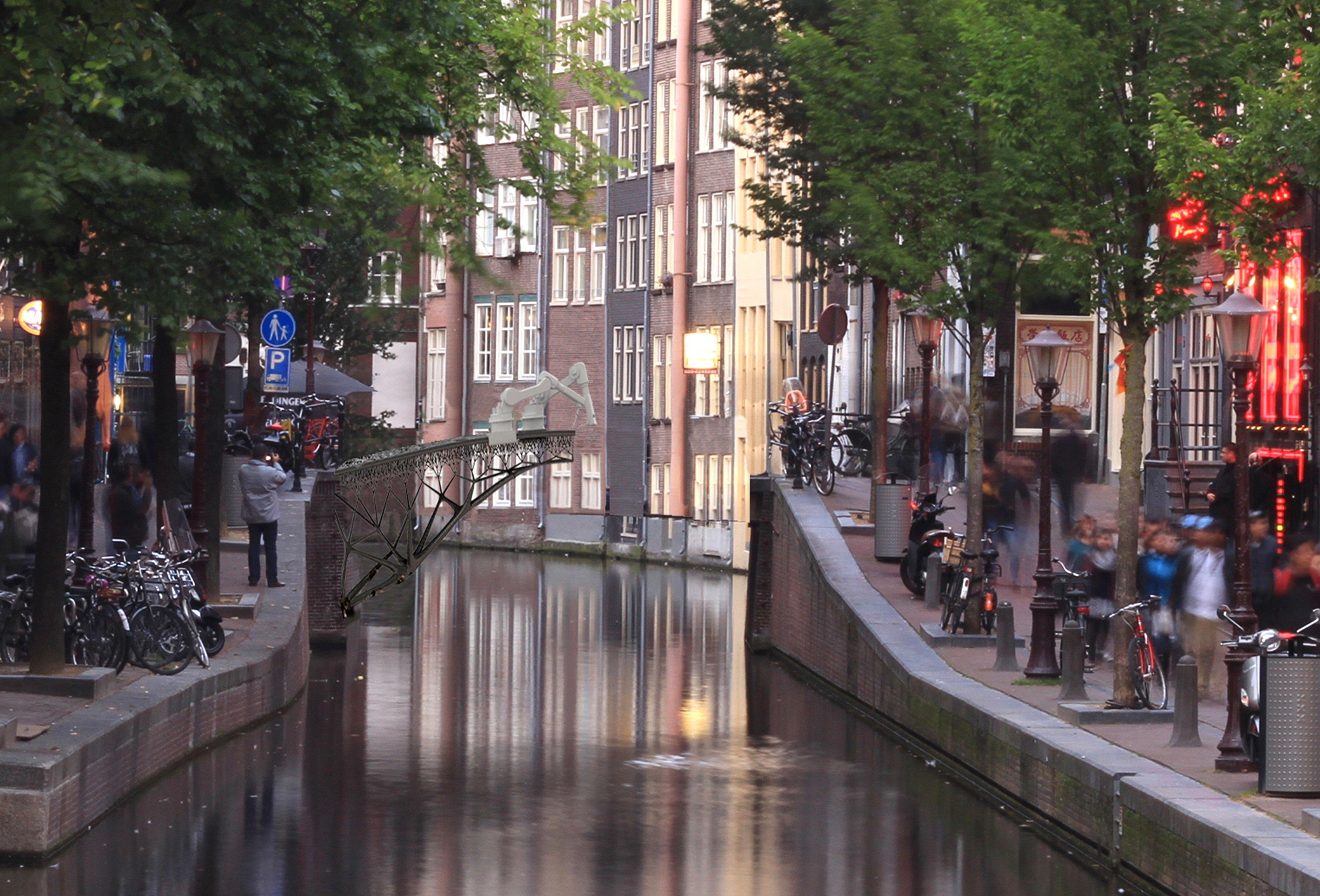 So könnte der Brückenbau über einer Gracht in Amsterdam aussehen: Der Roboter steht auf der Konstruktion und fertigt die nächsten Stahlelemente an.